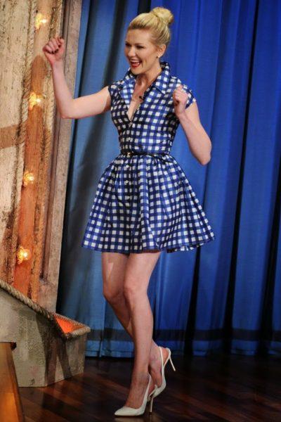 Modelo usa vestido xadrez azul com branco com sapato scarpin cinza.