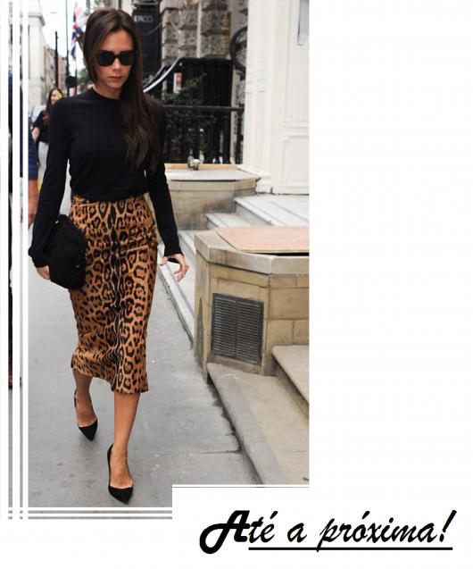 Modelo usa saia estampada com blusa preta manga longa e sapato scarpin preto em ilustração final do post.