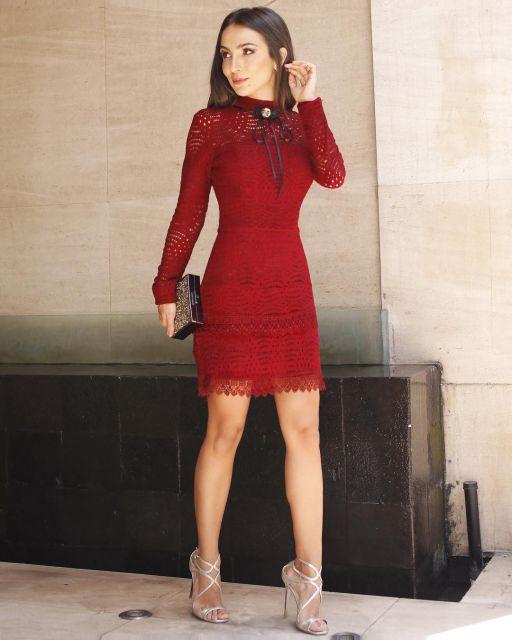 7268246a0c60 Opção linda de vestido em tom vermelho com transparências. Modelo usa  vestido justo gola alta ...