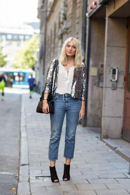 Modelo usa calça jeans capri, camisa branca, jaqueta cinza, bolsa e open boot preta.