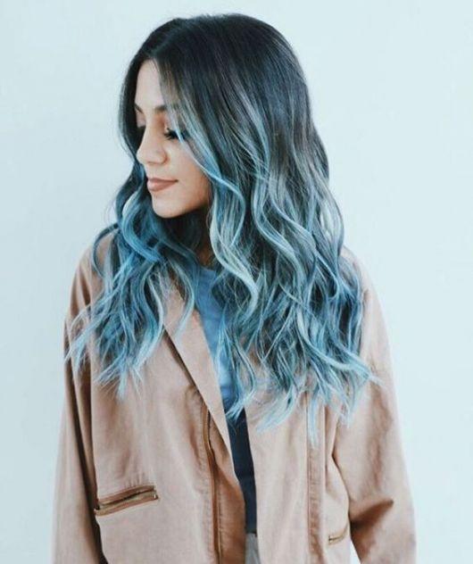cabelo azul com raiz preta
