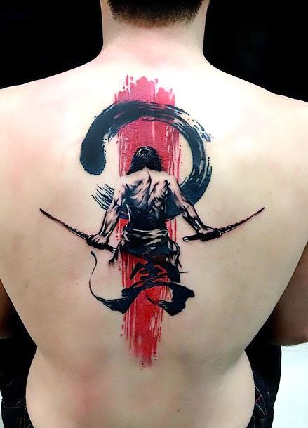 Tatuagem de samurai no centro das costas. Ele está de costas e sem camisa segurando uma espada em cada mão.