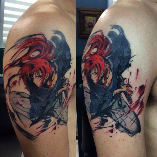 Tatuagem do protagonista da série samurai x em sua posição de ataque tirando sua espada da bainha.
