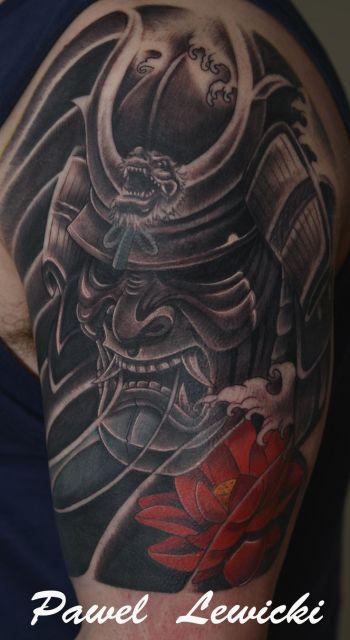 Outra máscara samurai com aspecto amedrontador e os mesmos dentes salientes, também em preto e branco.