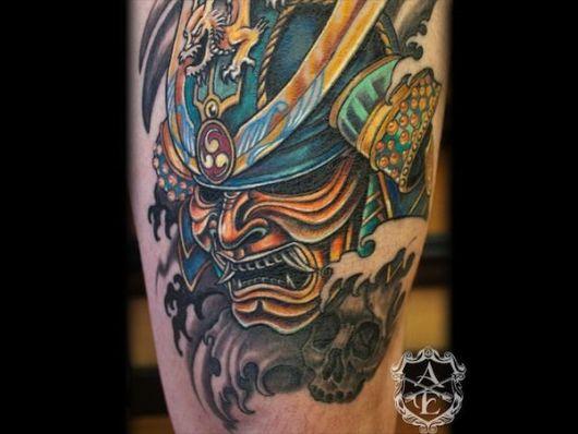 Máscara samurai colorida com muito dourado e uma elmo com diversos adornos.