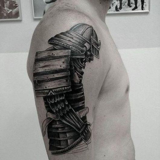 Tatuagem de um samurai curvado para baixo enquanto segura sua espada na cintura