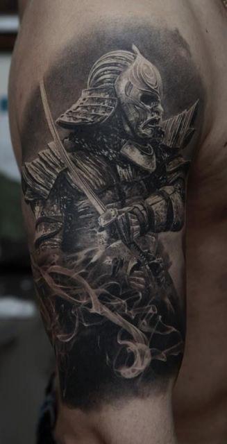 Tatuagem de um samurai com uma máscara assustadora que está em posição de ataque com sua espada em mãos