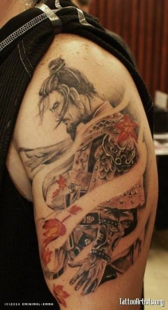 Tatuagem de um samurai sem a máscara curvado para baixo enquanto o vento passa por ele trazendo folhas vermelhas