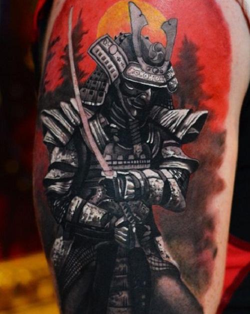 Tatuagem de um samurai completamente coberto por sua armadura com o sol alaranjado ao fundo