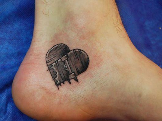 Tatuagem simples no calcanhar de dois shapes quebrados formando um coração