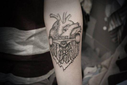 Tatuagem da extremidade de um skate se convertendo em um coração humano.