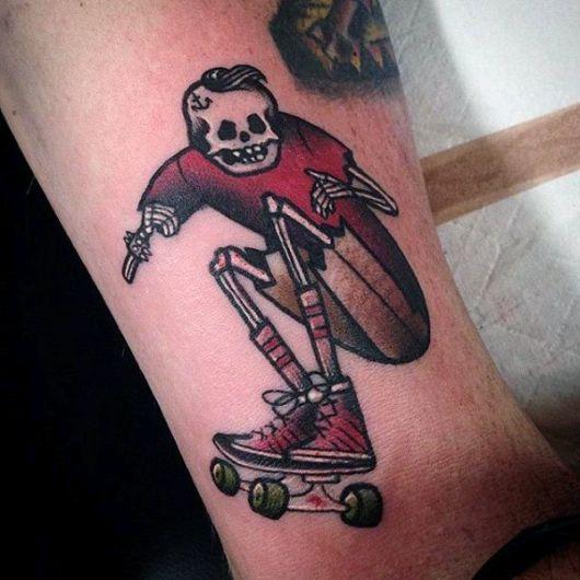 Tatuagem colorida de uma caveira andando de skate