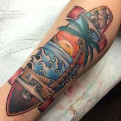 Tatuagem de um longboard com seu interior preenchido pelo desenho de uma praia