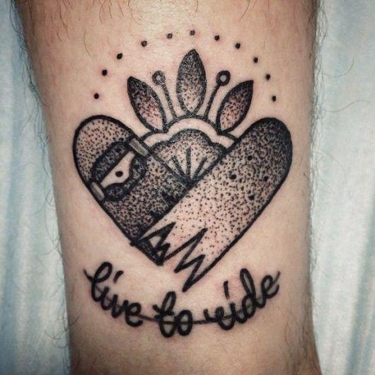 """Tatuagem de dois shapes que formam um coração e a frase """"Live to Ride"""" abaixo."""