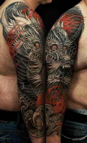 Tatuagem de um dragão oriental que cobre o braço inteiro de um homem