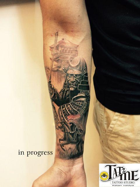 Tatuagem na parte interna do antebraço de um samurai vestindo sua armadura e empunhando uma espada
