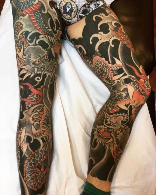 Tatuagem oriental que usa vários dragões para cobrir completamente as pernas de um homem
