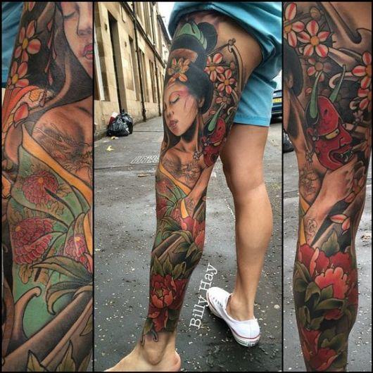 Tatuagem cobrindo completamente a perna esquerda de um homem de uma gueixa tirando uma máscara hannya de seu rosto