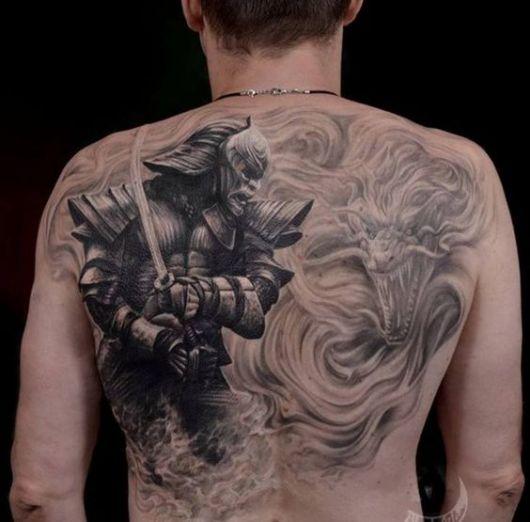 Tatuagem nas costas de um samurai visto de perfil empunhando uma espada e um dragão feroz ao fundo