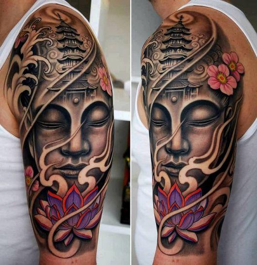 Tatuagem oriental feita com sombreamento de um buda meditando e uma flor de lótus a sua frente
