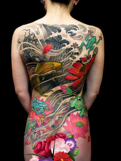 Tatuagem que cobre completamente as costas de uma mulher feita com diversos elementos da cultura oriental, como carpa, sapo e a flor de lótus