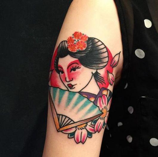 Tatuagem de uma gueixa tradicional segurando um leque