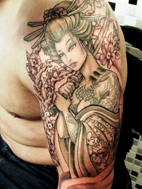 Tatuagem de uma gueixa em um estilo cartunesco. Ela segura uma espada e está em frente a uma árvore florida.