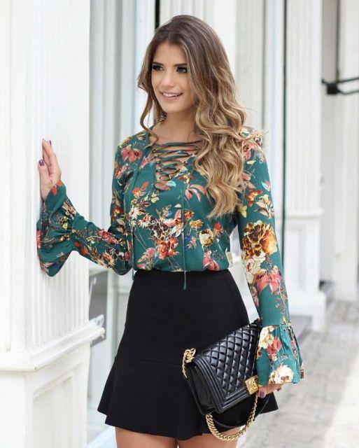41a4659ab Modelagem de blusa estampada em seda com detalhe de ilhós. Modelo ...