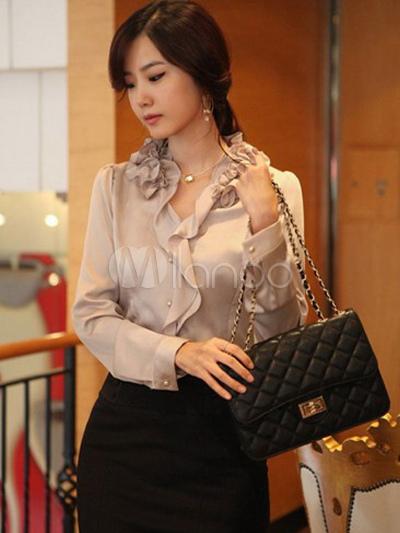 4dd22385fc Modelo usa saia preta social e camisa de seda com babados na cor nude.