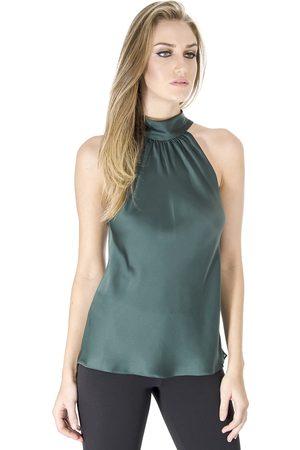 Modelo usa calça preta com blusa esverdeada com gola e sem mangas.