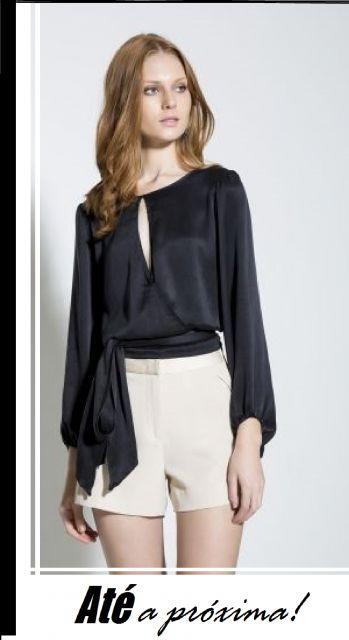 ilustração final com modelo de blusa em cetim preta manga longa e calça branca.