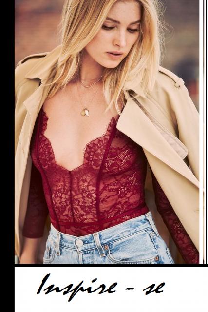 look com blusa de renda transparente vermelha, calça jeans e casaco bege.