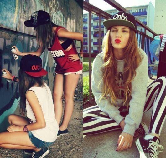 Modelos vestem looks swag com bonés coloridos.