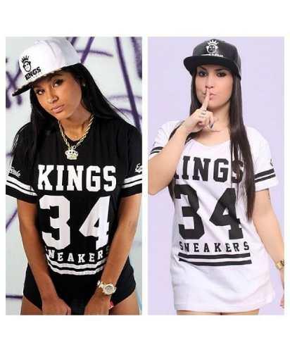 Modelos usa camiseta cinza e preto e preto com branco estilo swag.
