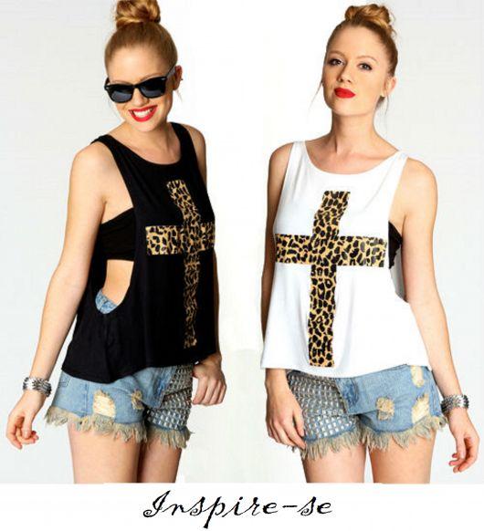 Modelos vestem look com short jeans e regata feminina nas cores preto e branco com detalhe de cruz.