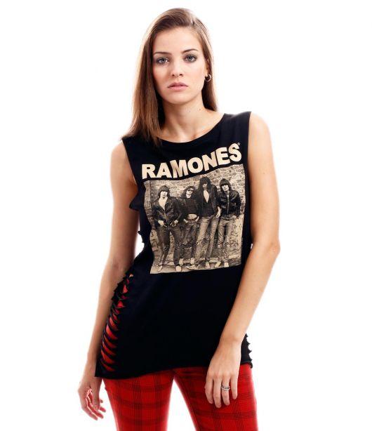 Modelo usa calça vermelha, camisetinha regata feminina preta do Ramones.