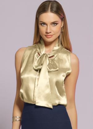 Modelo usa saia social azul, blusa amarela de cetim.