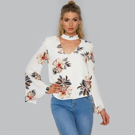 e105332cd9f Modelo veste blusa chocker estampada branca com calça jeans.