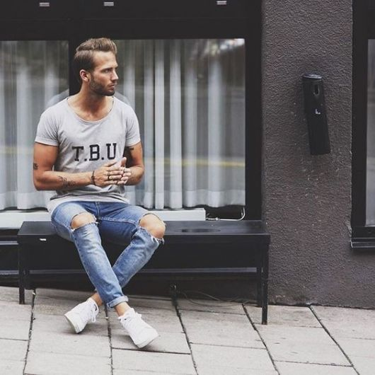 calça cropped masculina jeans rasgada no joelho