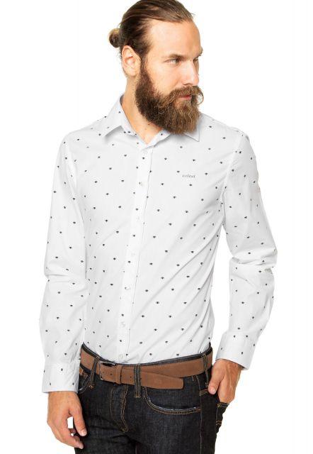 c68057444 Use a camisa branca com jeans básico que não tem erro. Tênis em tons  neutros e monocromáticos também caem bem com essa peça.