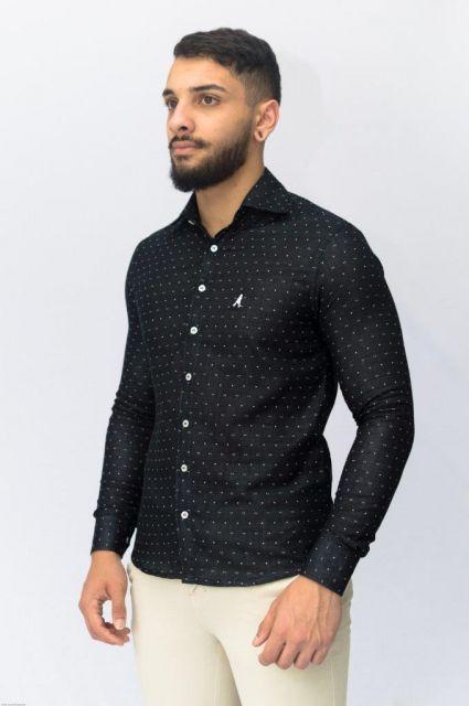 e66638df84dc3 A camisa estampada masculina de manga longa dá um ar mais chique e  requintado ao visual. Uma opção versátil para usar em qualquer ocasião