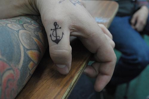 tatuagem de ancora dedo