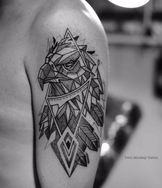 Tatuagem geométrica no ombro da cabeça de uma águia olhando para o horizonte