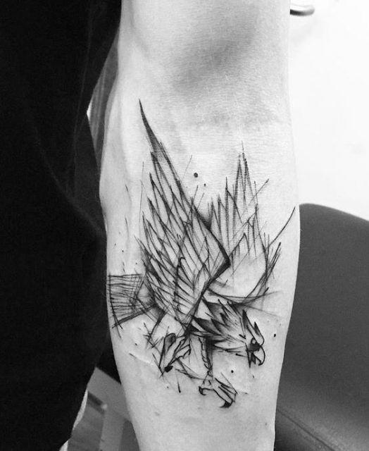 Tatuagem de águia feita no antebraço dando a impressão de um esboço de desenho