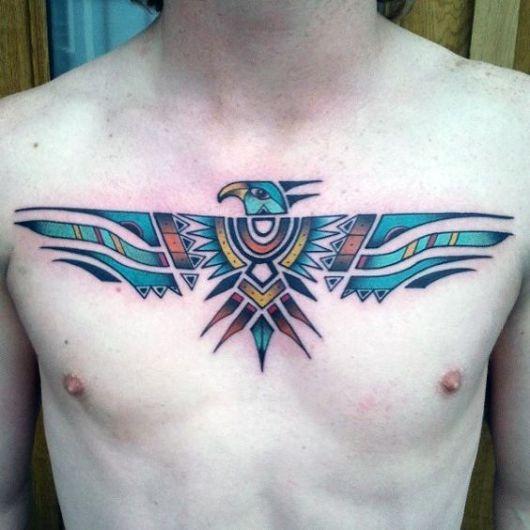 Tatuagem de águia tribal colorida feita no peito de um homem