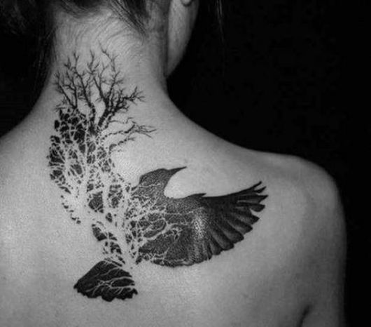 Tatuagem de uma águia alçando voo e parte dela se convertendo em uma árvore
