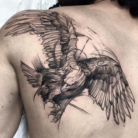 Tatuagem de águia na lateral das costas simulando o esboço de um desenho