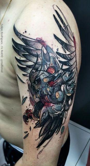 Tatuagem feita no braço de um homem com uma coruja vista de lado com as asas abertas enquanto tenta pausar seu voo
