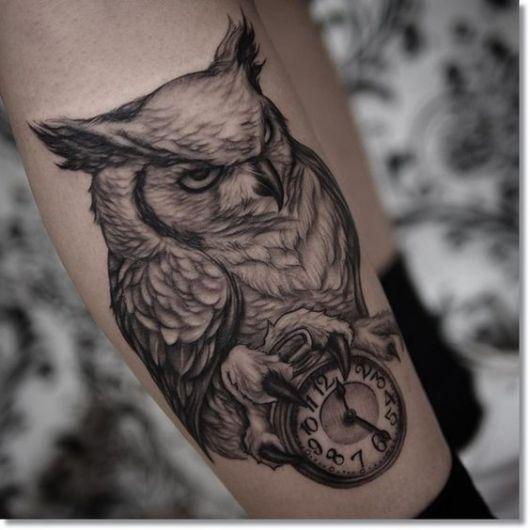 Tatuagem realista de uma coruja repousando sob um relógio de bolso
