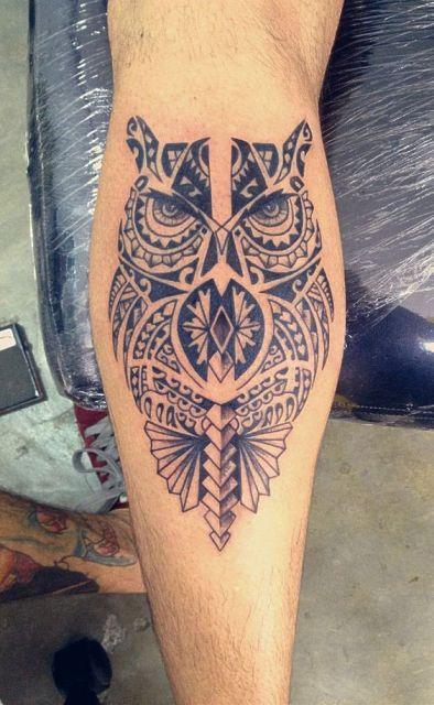 Tatuagem do corpo inteiro de uma coruja maori feita na panturrilha